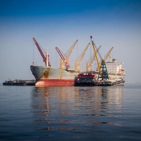 海でのセーリングの貨物船 写真素材