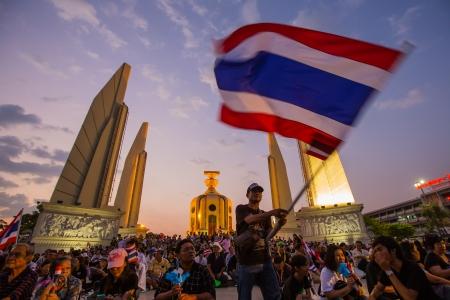af: BANGKOK, THAILAND- 4 Kasım: Tanımlanamayan protestocular Bangkok TAYLAND 4 Kasım 2013 tarihinde, hükümet yolsuzluk ve Demokrasi anıtına tartışmalı af tasarı aleyhine protesto