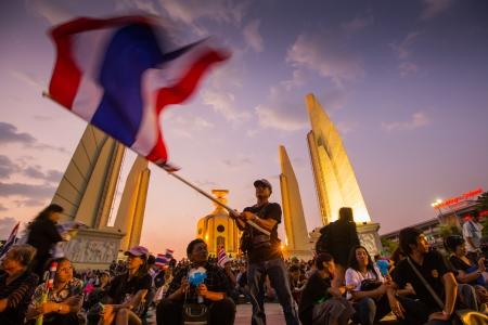 af: BANGKOK, Tayland- 4 Kasım: Tanımlanamayan protestocu Bangkok TAYLAND 4 Kasım 2013 tarihinde, hükümet yolsuzluk ve Demokrasi anıt tartışmalı af tasarıya karşı tarafından protesto Editöryel