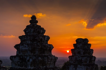 Sunset of Phnom Bakheng, one of the ruined temples of ancient Cambodia.  Imagens