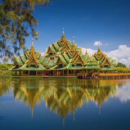 iluminados: Enlightened City Hall se encuentra en la ciudad antigua, Samut Prakan, Tailandia