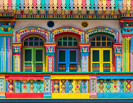 Colorful facade of building in Little India, Singapore Imagens - 31366426