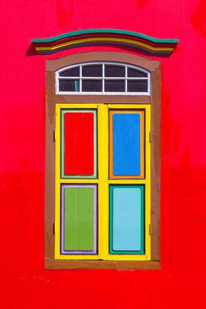 casa colonial: Ventanas de colores y detalles en una casa colonial en Little India Foto de archivo