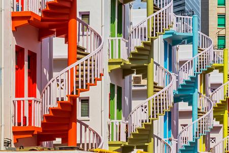 espiral: Escaleras de caracol de colores de Singapur Bugis Village Foto de archivo