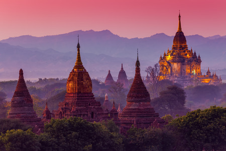 starověký chrám v Bagan po západu slunce, Myanmar