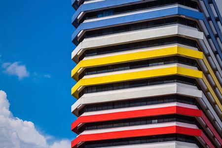 Colorato facciata edificio moderno