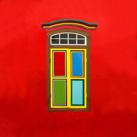 casa colonial: Ventana de colores en una casa colonial en Little India, Singapur