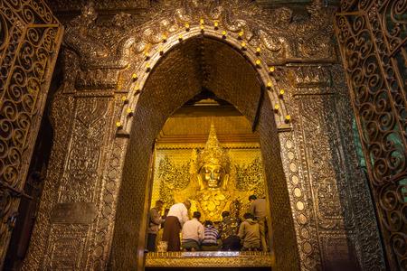 Mandalay, Myanmar-enero 25,2013: Personas no identificadas cubren Mahamuni Buda con hojas de oro en Mahamuni Pagoda en Mandalay, Myanmar. Foto de archivo - 49070546