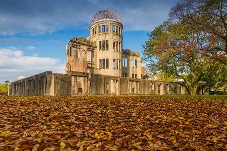 bombe atomique: Le D�me atomique, ex Hiroshima Industrial Promotion Hall, d�truite par la premi�re bombe atomique � la guerre, � Hiroshima, au Japon.