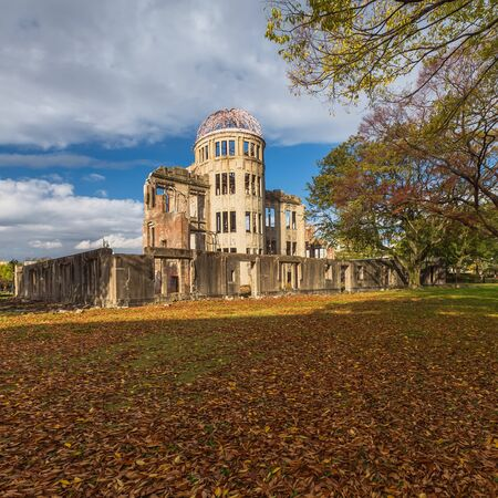 wojenne: The Atomic Dome, ex Hiroshima Industrial Promotion Hall, destroyed by the first Atomic bomb in war, in Hiroshima, Japan.