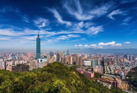 象山からみた日中に台北、台湾スカイライン。