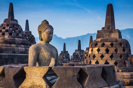 古代の仏像、ジョグ ジャカルタ、インドネシア ・ ジャワ島のボロブドゥール寺院の仏舎利塔。 写真素材