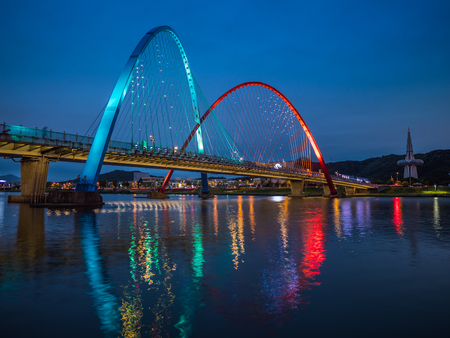 Colorful bridge and reflection Expo Bridge in Daejeon, South Korea. Imagens