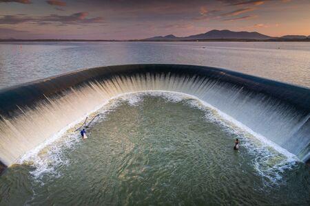 Depósito Klong Yai, gran olla de desbordamiento del depósito, vertedero y jacinto de agua, provincia de Rayong, Tailandia Foto de archivo