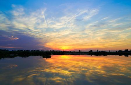 Coucher de soleil sur le lac. coucher de soleil sur le lac. Banque d'images - 51042517