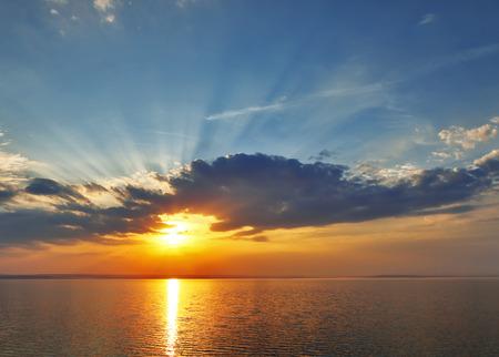 zonsondergang zee wolken.