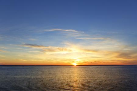 lia: Sun sea sunset.