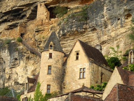 troglodyte: French troglodyte fort set above the Manoir in La Roque Gageac , Dordogne, France Stock Photo