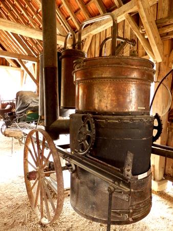 destilacion: vendimia doble destilación móvil francés todavía almacenado en un granero