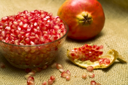 punica granatum: Pomegranate (Punica granatum) fruit o natural sheet