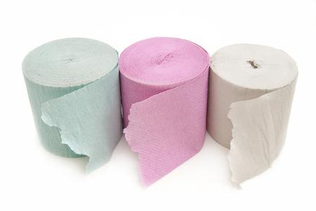 celulosa: Tres rollos de papel higiénico de colores sobre un fondo blanco. Foto de archivo