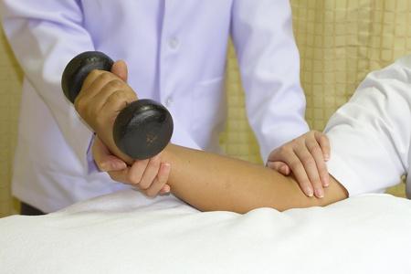 f�sica: Rehabilitaci�n de entrenamiento de los m�sculos de la articulaci�n del codo terapeuta f�sico