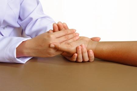 physical exam: medico o il fisioterapista dando alla mano di esercizio di un centro di salute