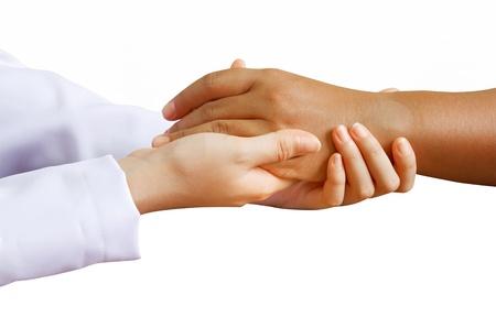 Agarrados de la mano del m�dico con un paciente mujer con fondo blanco aislado