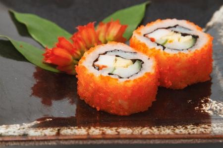 Sushi tradicional japon�s sobre un fondo blanco Foto de archivo