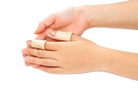 splint: Dedo roto en una tablilla en el fondo blanco