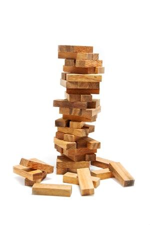 edificio industrial: Inestabilidad bloques de construcci�n en concepto de riesgo, sobre fondo blanco