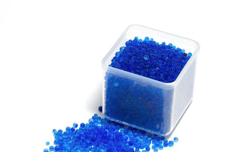 silica: gel di silice blu, umidit� assorbente su sfondo bianco