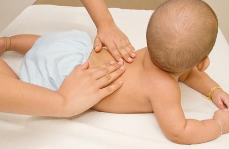 massage enfant: M�re b�b� massage, massage du dos musculaire Banque d'images