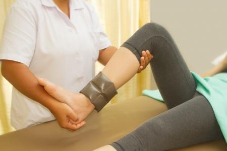 Rehab entrenamiento de los m�sculos de la rodilla con el fisioterapeuta Foto de archivo