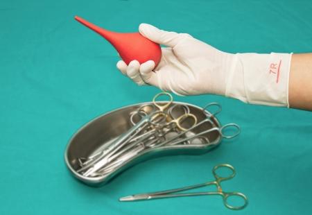 Set Dressing Wunde Instrument auf sterilen Tisch mit einer Hand von Arzt packte ein Werkzeug
