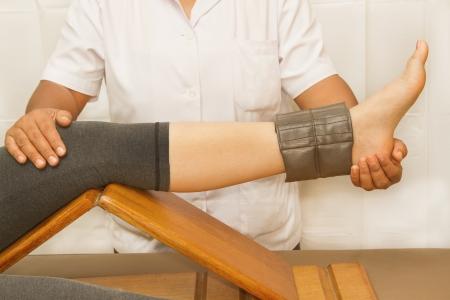 f�sica: Rehab formaci�n para el m�sculo y la rodilla quatriceps con fisioterapeuta
