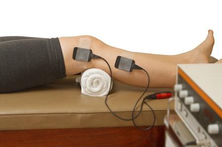 therapeut de patiënt de behandeling met eletrical stimulator voor toename spierkracht en het vrijkomen pijn Stockfoto