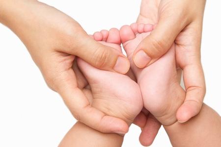 madre masajeando los pies del beb� peque�o