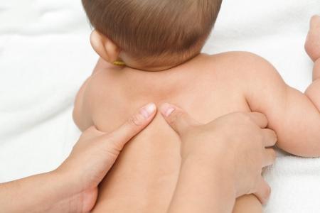 massage b�b�: Main de la m�re massant muscles du dos de son b�b�, le toucher du bonheur Banque d'images