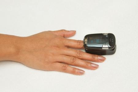 signos vitales: Oxímetro de pulso, Paciente con oxímetro de pulso en el dedo