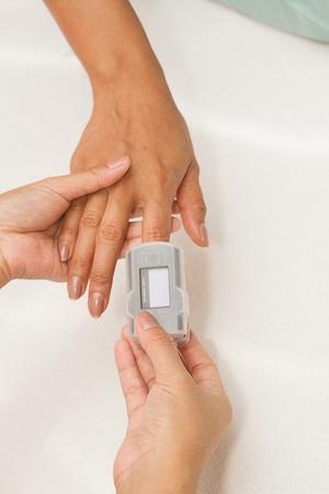 signos vitales: Paciente con ox?metro de pulso en el dedo para controlar