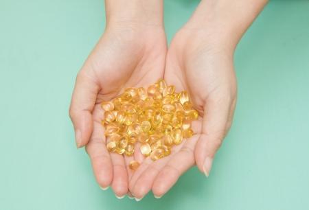 Vitamina Omega-3 cápsulas de aceite de pescado en una mano Foto de archivo