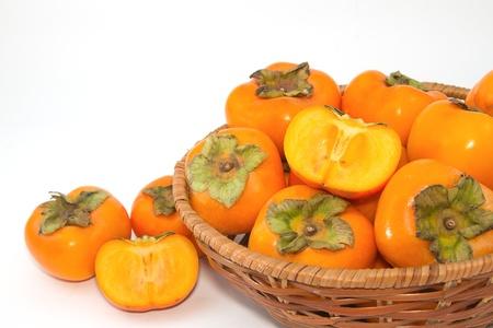 persimmon: Fruta del caqui fresco en la cesta