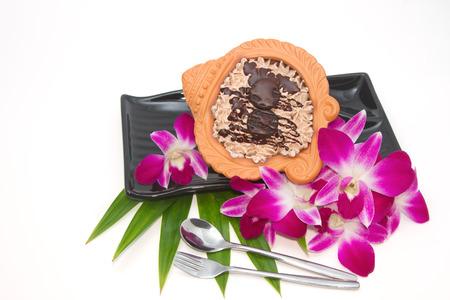 olla barro: Pastelitos de chocolate en una olla de barro con thai de orqu�deas