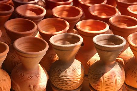 ollas de barro: Muchas ollas de barro hechas a mano Foto de archivo