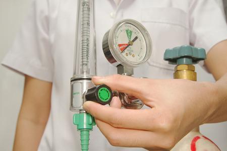 médico está poniendo la válvula de oxígeno Foto de archivo