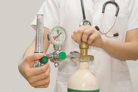 医師が酸素のバルブを設定します。