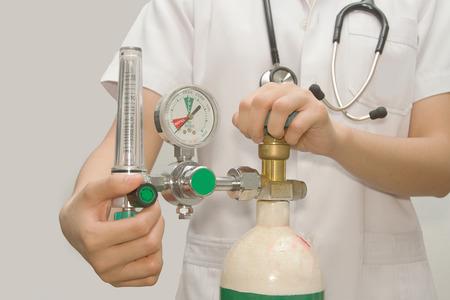 médico está poniendo la válvula de oxígeno