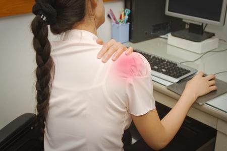 Business vrouw met pijn in de schouder in het kantoor, Office-syndroom Stockfoto