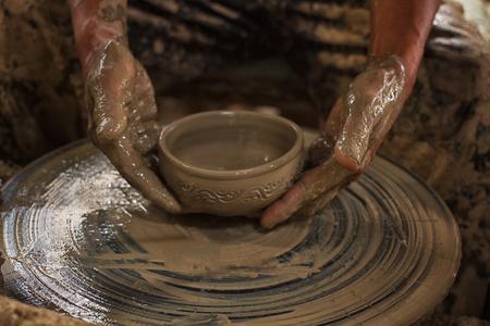 olla barro: Potter hace en la olla de barro torno de cer�mica